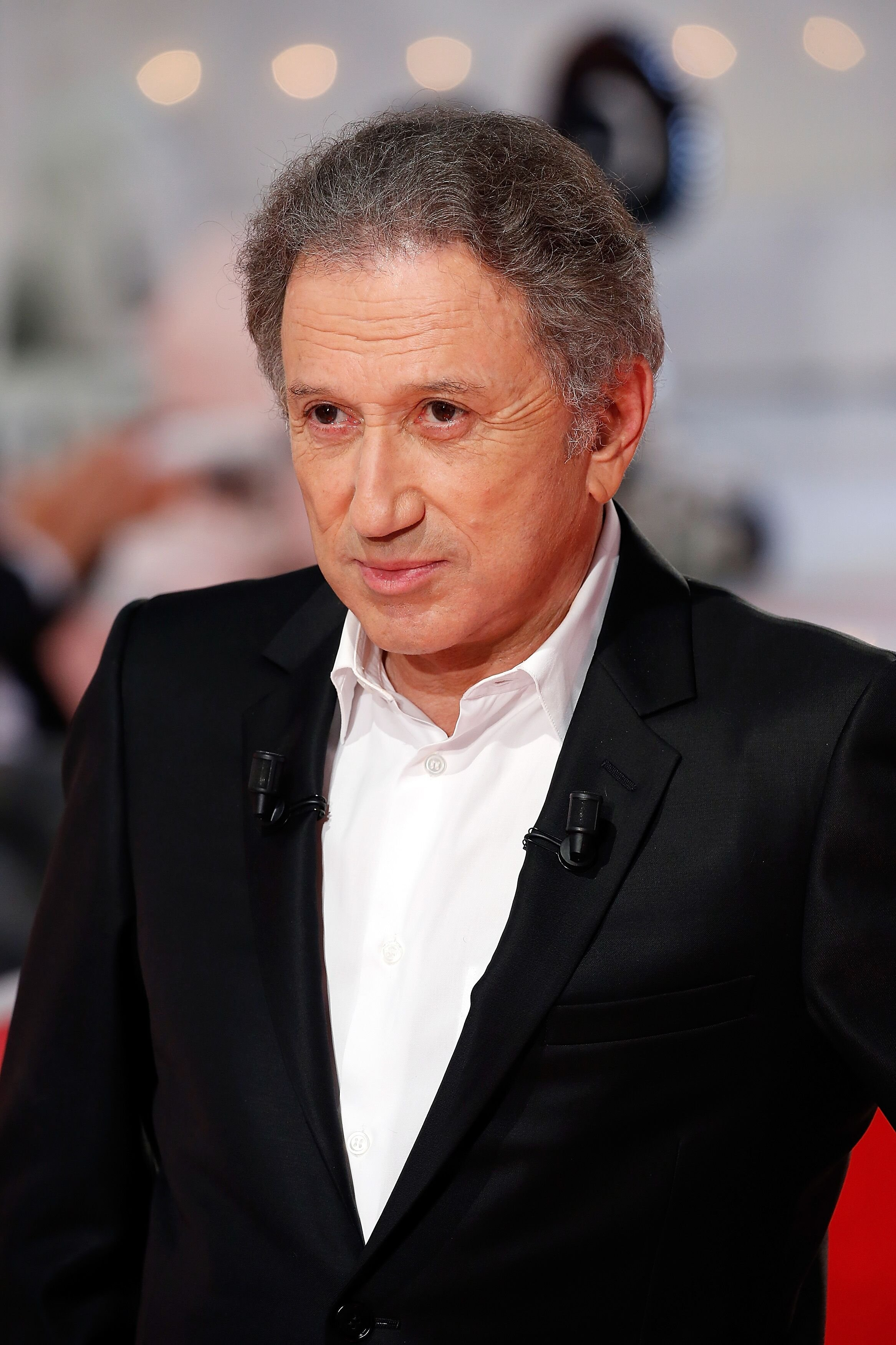 "Michel Drucker assiste à l'émission de télévision française "" Vivement Dimanche "" au Pavillon Gabriel à Paris, France. 