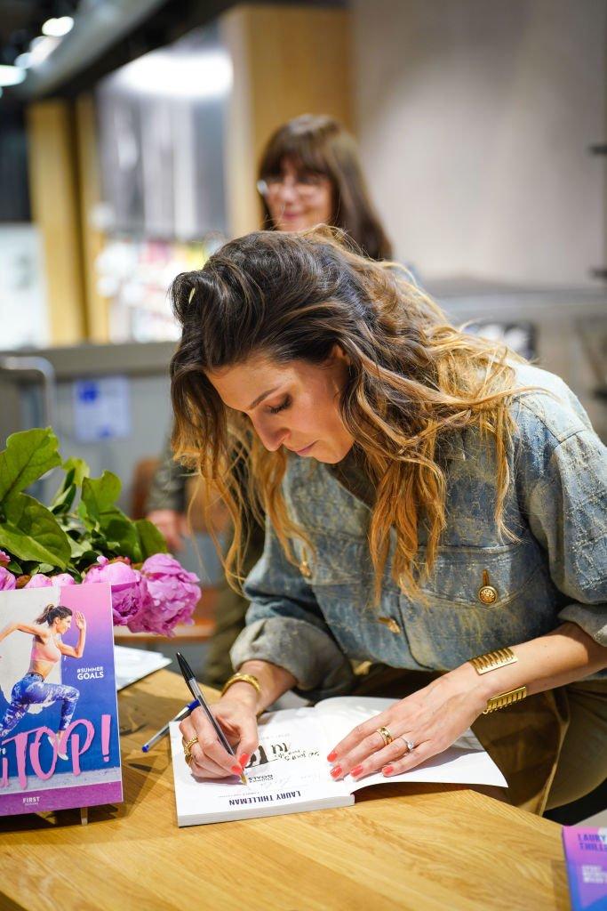 Laury Thilleman en mai 2019 lors de la sortie de son livre. l Source : Getty Images