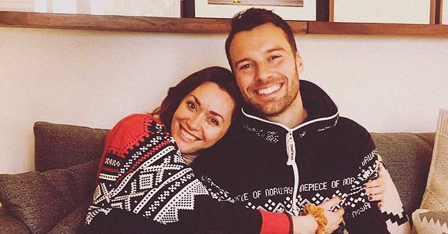 Photo of Sarah Power and her husband cuddled up on a couch | Photo: Instagram / sarahspower