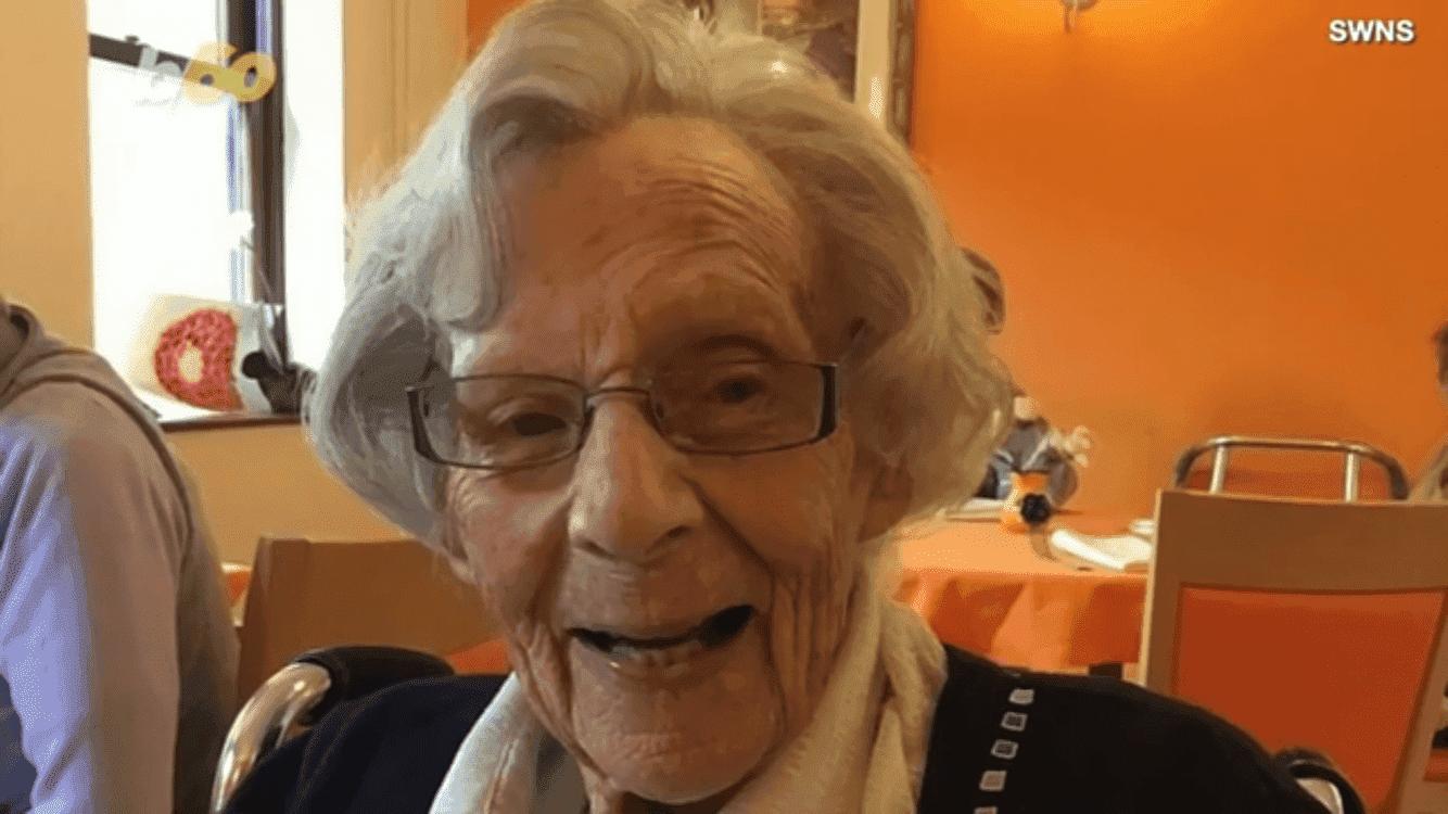 Frau bekommt ihren Wunsch und lächelt | Quelle: Youtube/NewsArticle