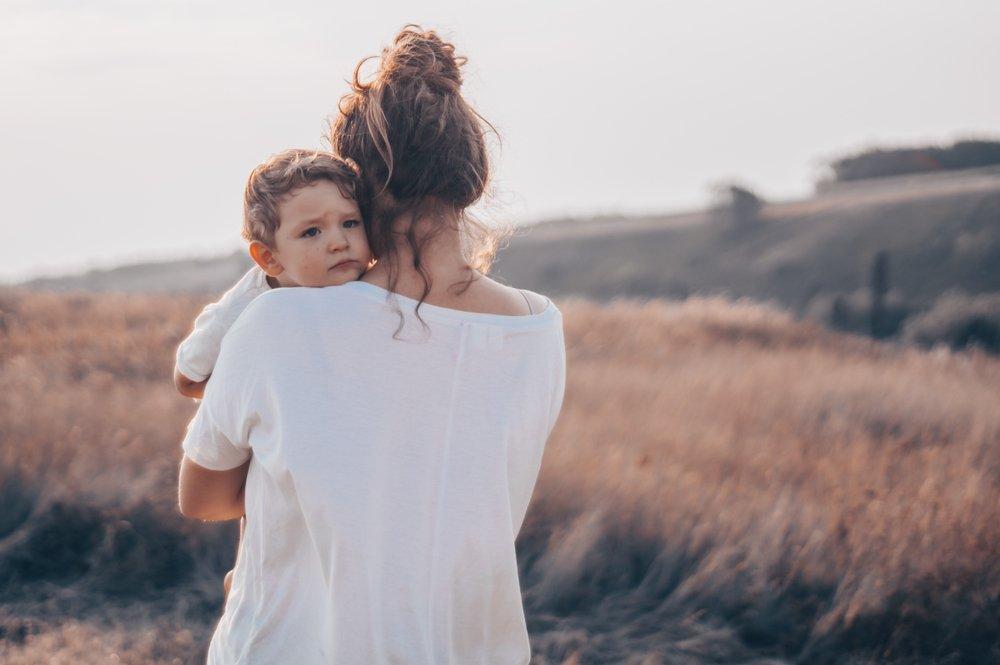 Une mère tenant son bébé dans ses bras. Photo : Shutterstock