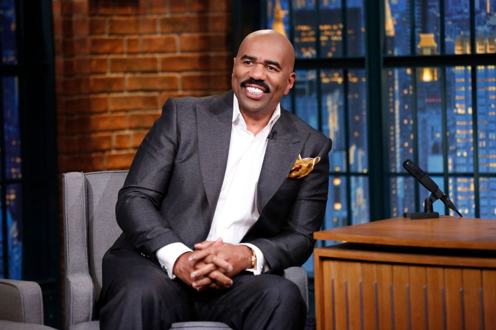 Steve Harvey enjoying his time on Late Night With Seth Meyers on November 17, 2014. | Photo: Getty Images.