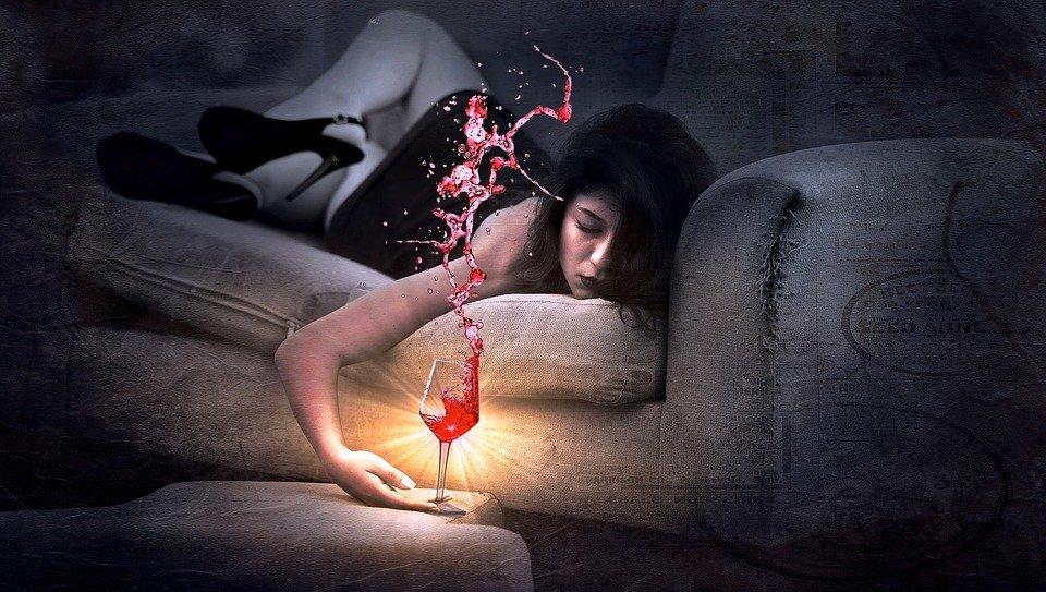 Mujer triste y tomando vino. | Foto: Pixabay