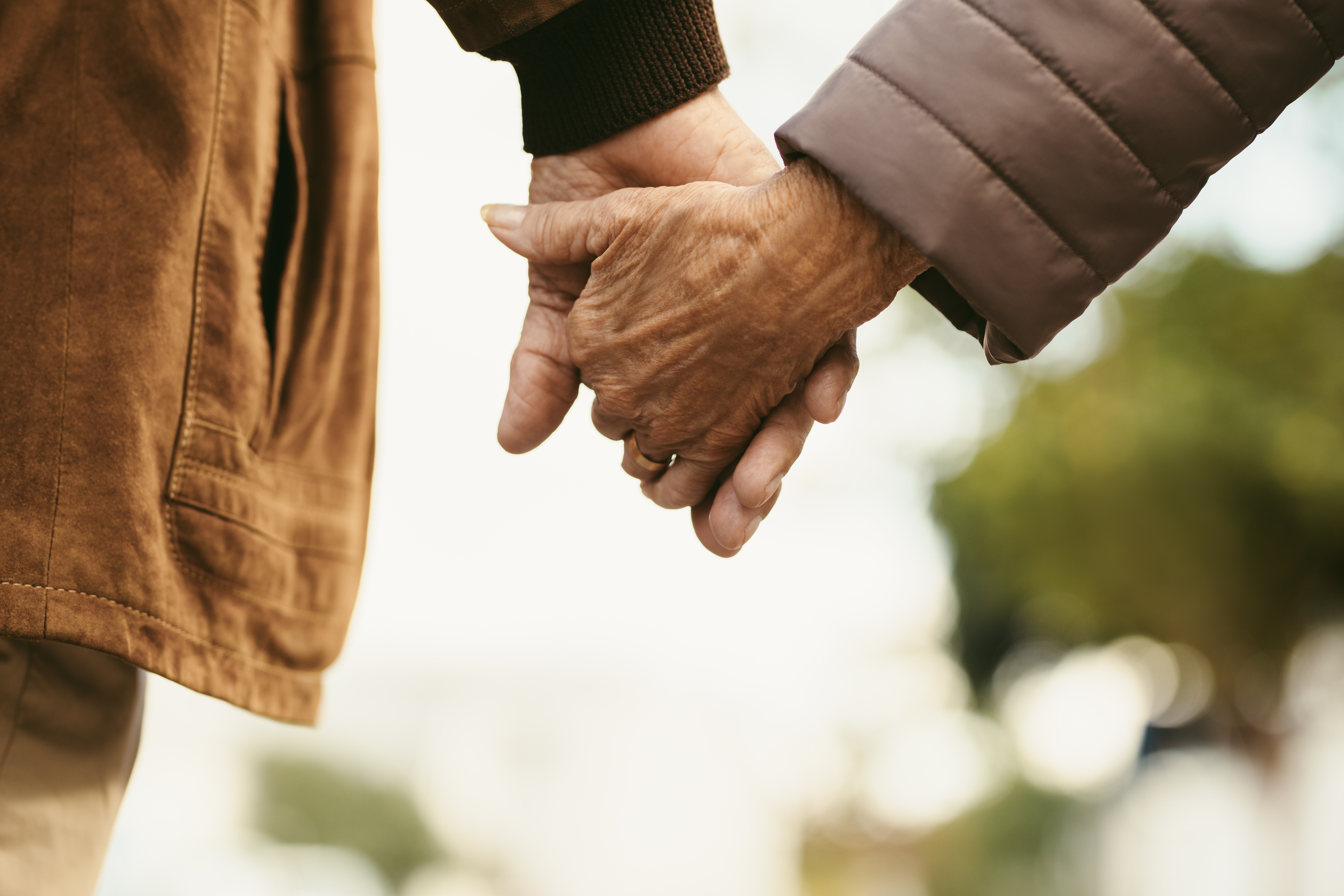 Old couple holding hands | Source: Shutterstock