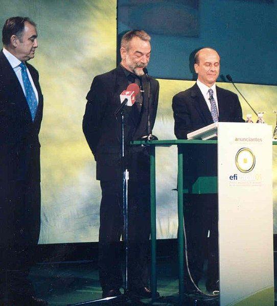 Juan Ramón Plana presentando los I Premios Eficacia 2001, con Juan José Gómez Lagares e Ignacio Salas. | Imagen: Wikipedia