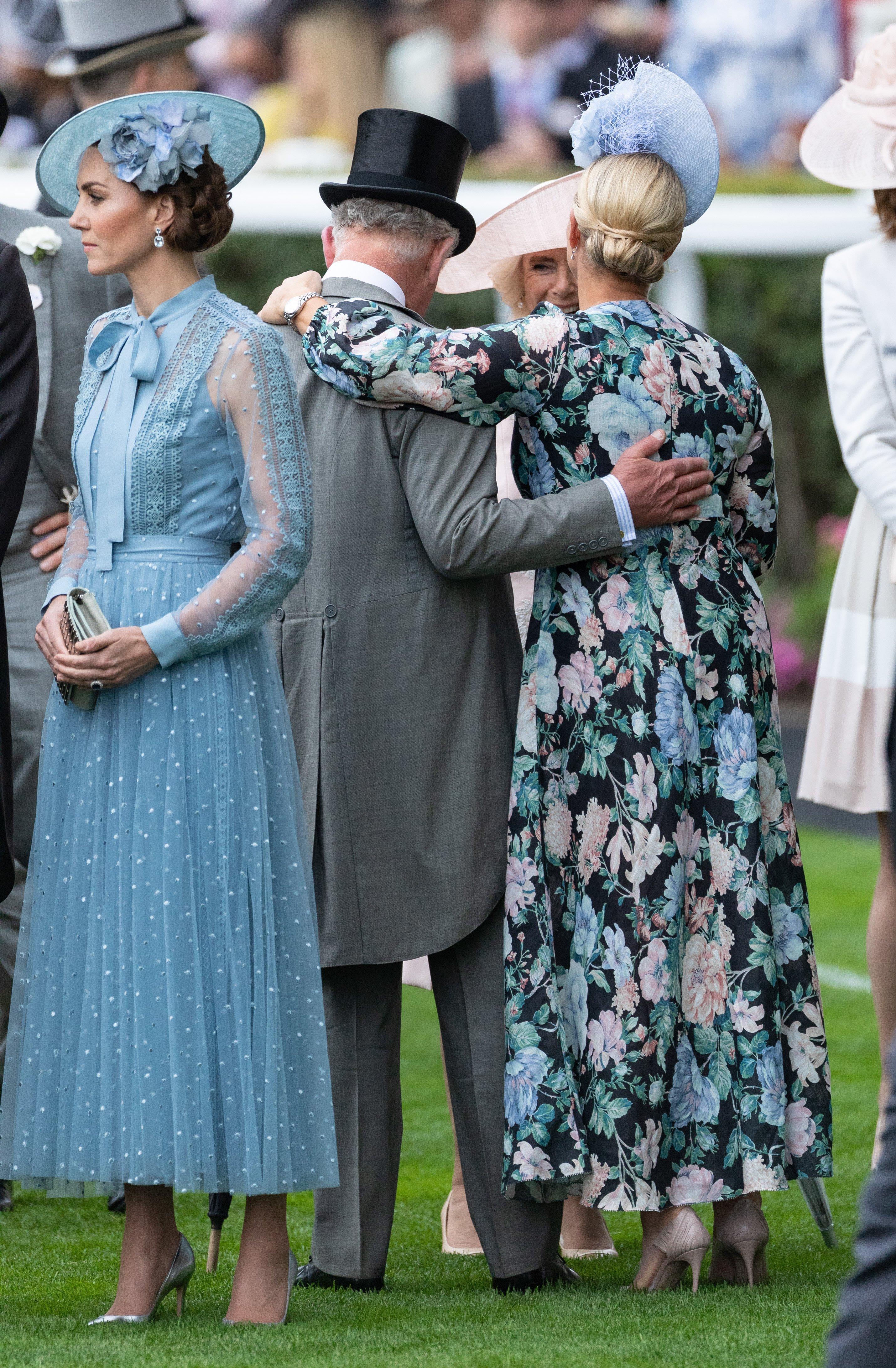 El príncipe Charles y Zara Tindall en el hipódromo de Ascot. | Fuente: Getty Images