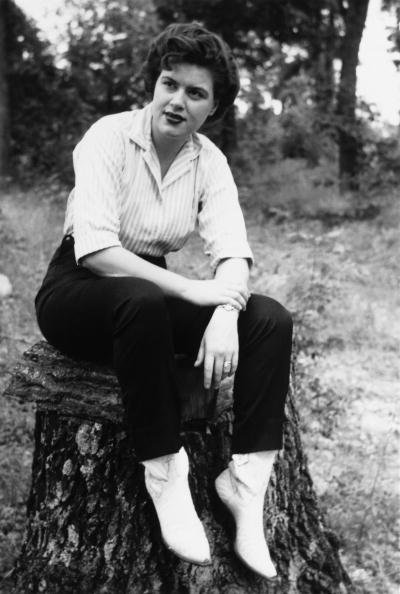 Patsy Cline posing for a photo in  Nashville, Tennessee | Photo: Getty Images