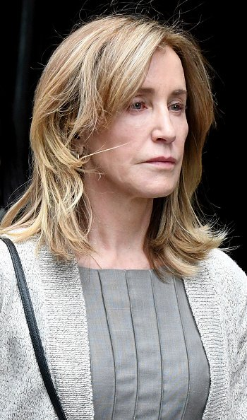 Felicity Huffman devant un tribunal fédéral de Boston après l'audience du lundi 13 mai 2019 | Photo: Getty Images