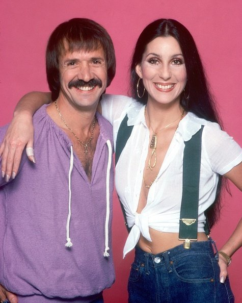 Cher posing with ex-husband Sonny Bono for a photo session Los Angeles, California.| Photo: Getty Images.