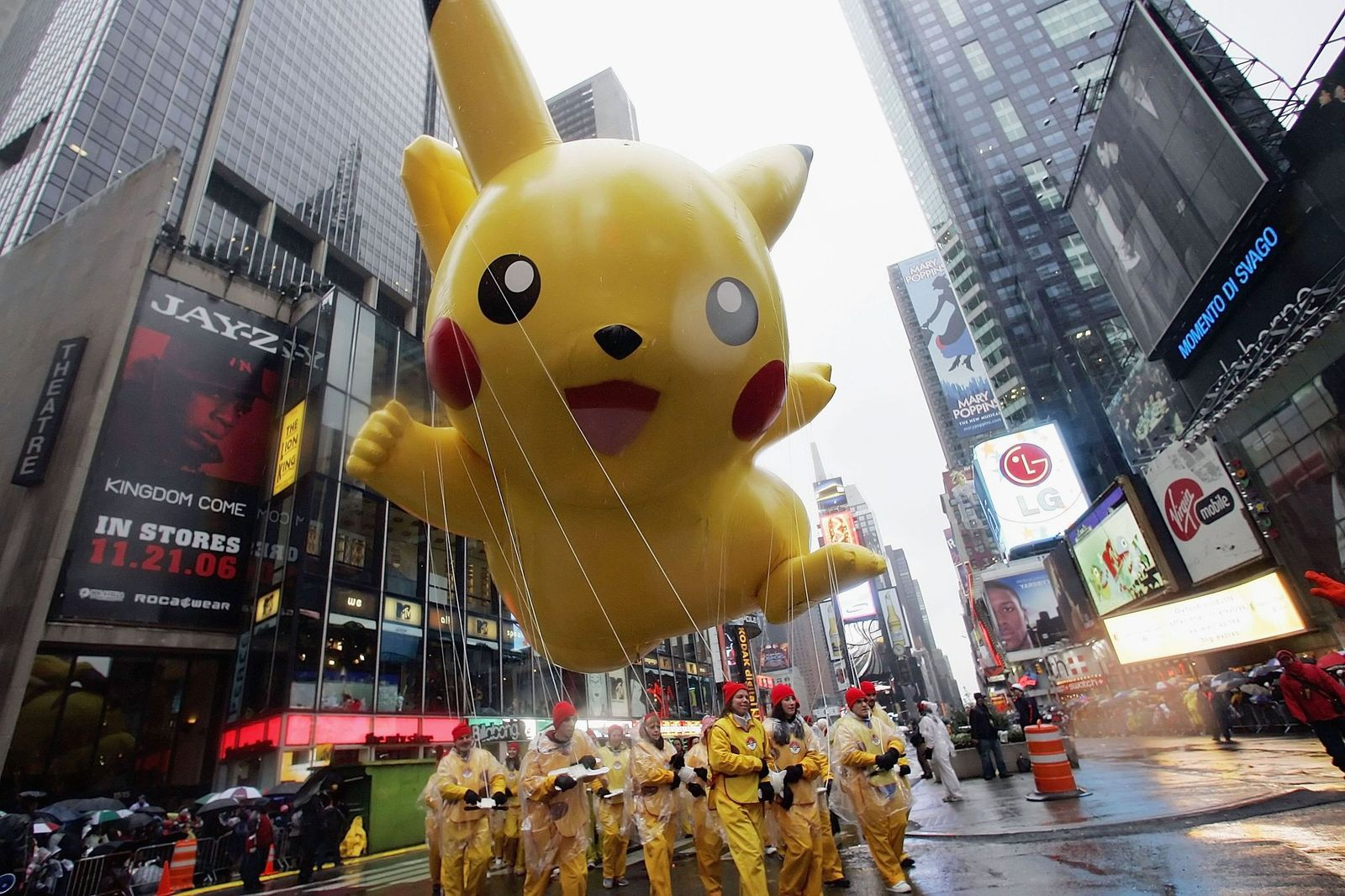 The Pikachu balloon makes its way down a rainy Broadway at the 80th Macy's Thanksgiving Day parade, November 23, 2006 | Photo: Getty Images
