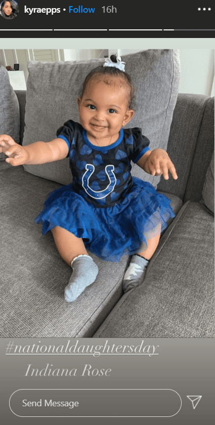 A photo of Indiana Rose Epps sitting excited on the couch in a post shared by her mom, Kyra. | Photo: Instagram/Kyraepps