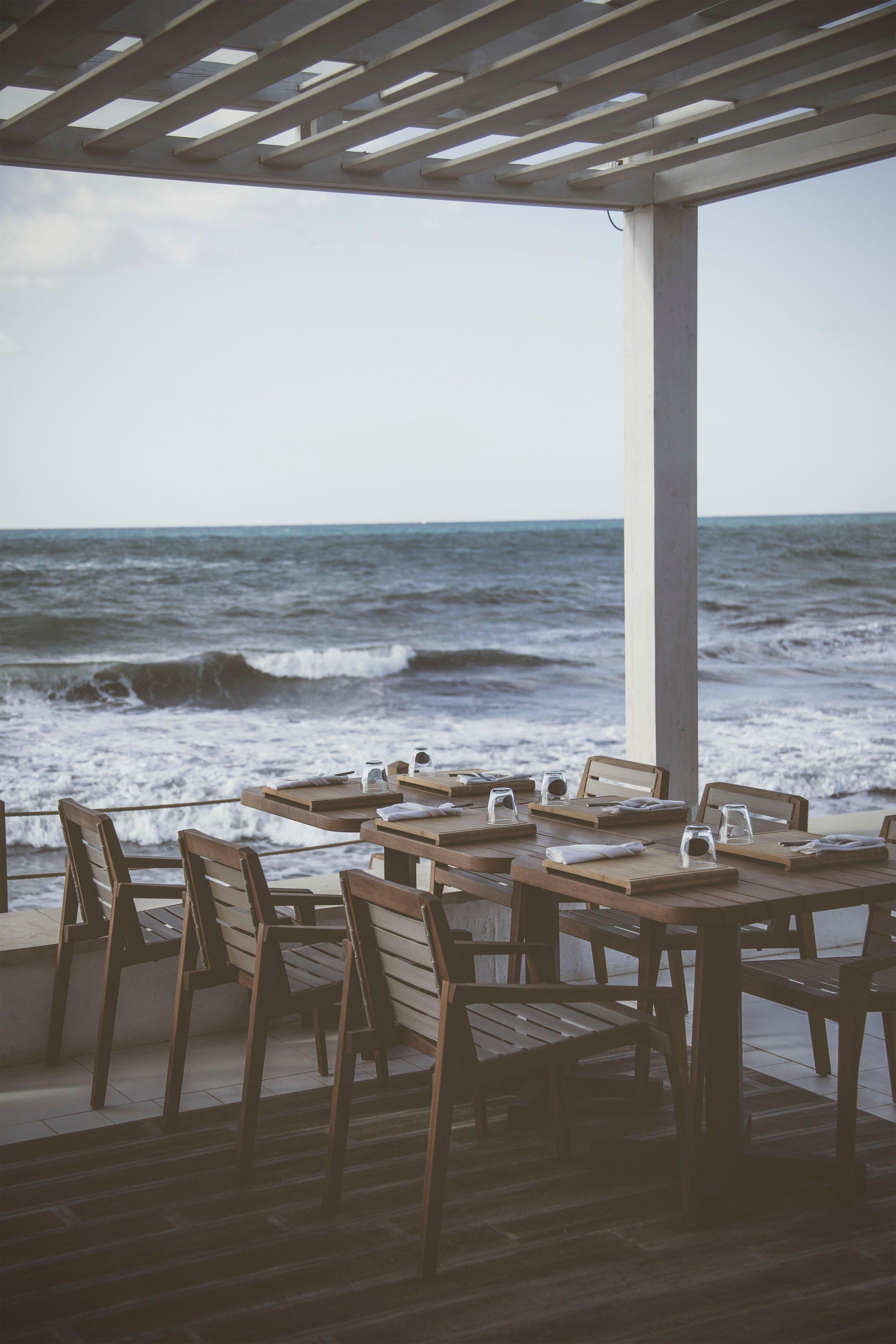 A restaurant by the ocean | Source: Unsplash.com