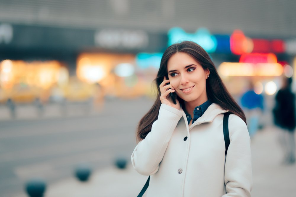 A photo a woman on the phone. | Photo: Shutterstock