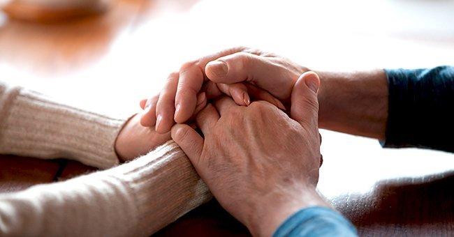 Des personnes âgées se tenant la main. | Source : Shutterstock