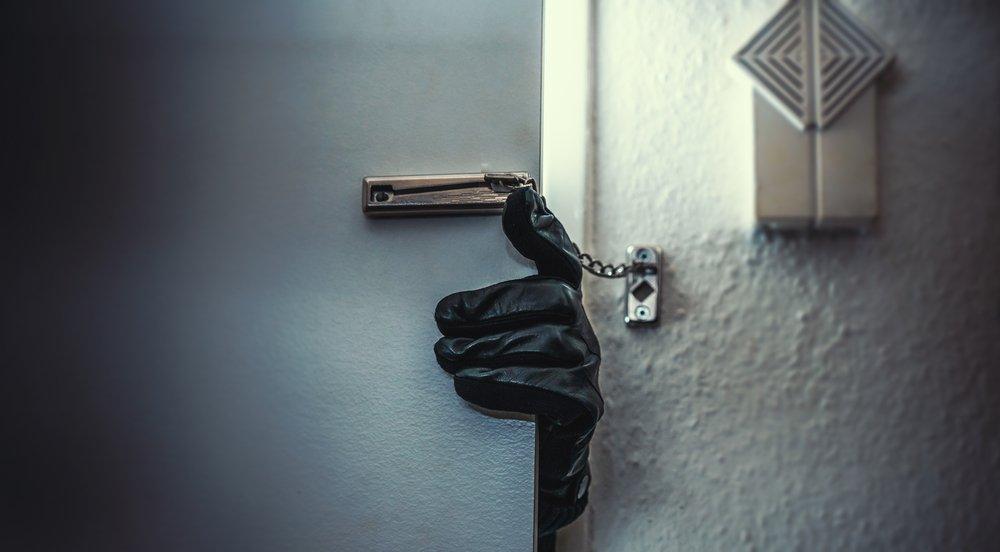 Ladrón enmascarado entrando en el hogar de una víctima. Fuente: Shutterstock