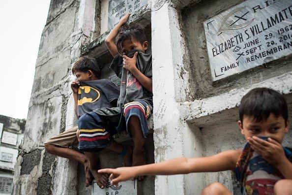 Niños habitantes del cementerio más grande de las Filipinas. Fuente: Getty Images/Global Images Ukraine