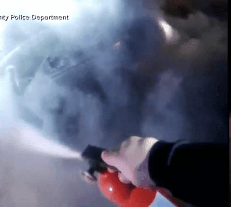 Usando un extintor para intentar apaciguar las llamas | Imagen tomada de: ABC