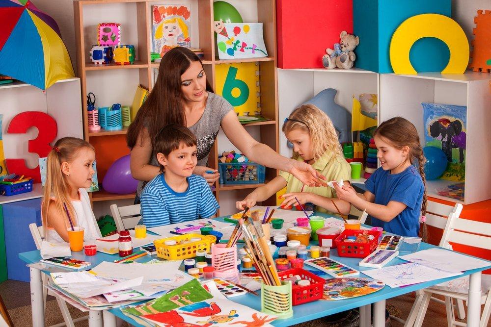 A class of children painting | Photo: Shutterstock.