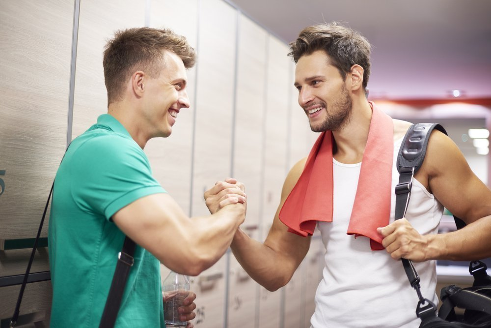 Männer schütteln Hand - Quelle: Shutterstock