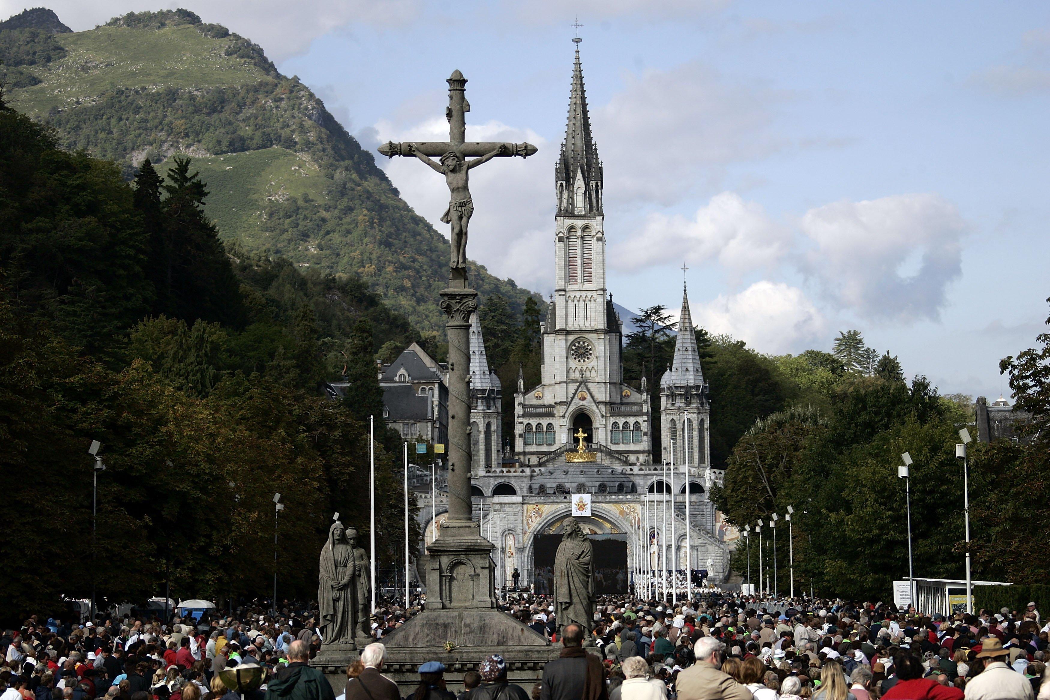 Congregación religiosa frente a la Basílica del Rosario en Lourdes, Francia || Fuente: Getty Images