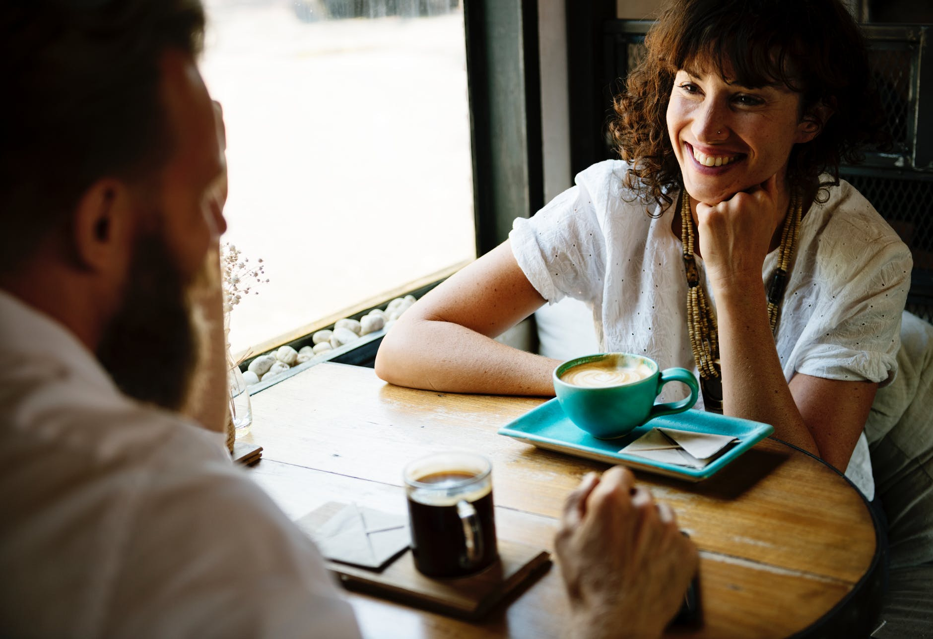 A man and a girl having a chat over coffee. | Source: Pexels