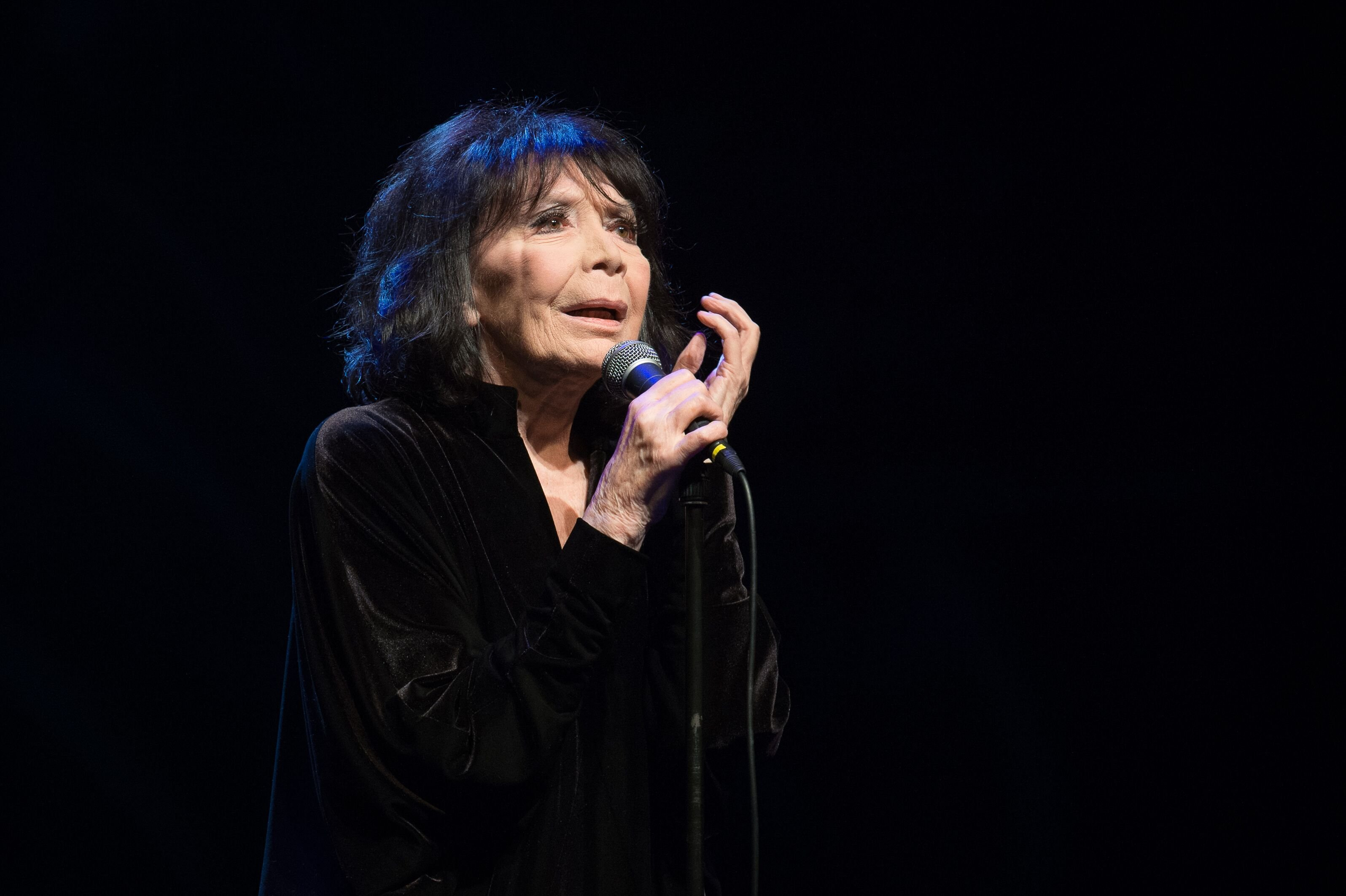 Juliette Greco se produit à La Cigale le 18 décembre 2015 à Paris, France. | Photo : Getty Images