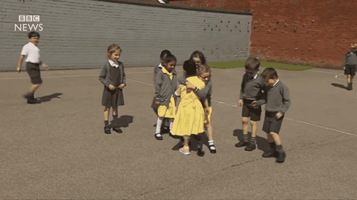 Anu en el jardín de su escuela con su prótesis deportiva. | Foto: YouTube / BBC News
