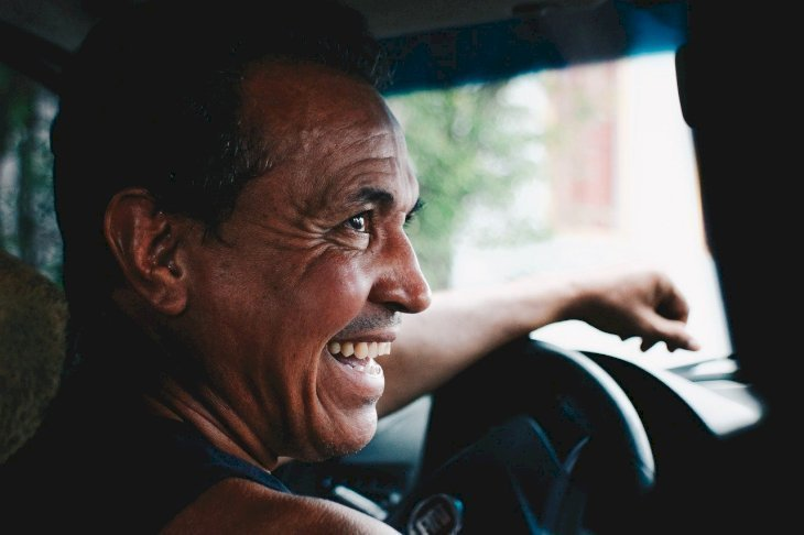 A taxi driver smiling. | Source: Pixabay