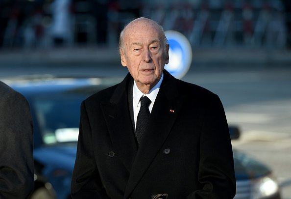L'ancien président français Valéry Giscard d'Estaing arrive pour les funérailles nationales de l'ancien chancelier ouest-allemand Helmut Schmidt(SPD).| Photos : Getty Images