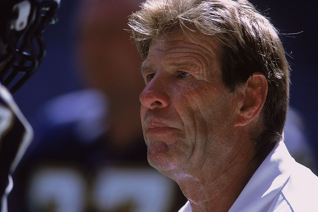 Coach Joe Bugel observes during a game of the San Diego Chargers against the Dallas Cowboys at Texas Stadium in Dallas on September 23, 2001 | Photo: Getty Images
