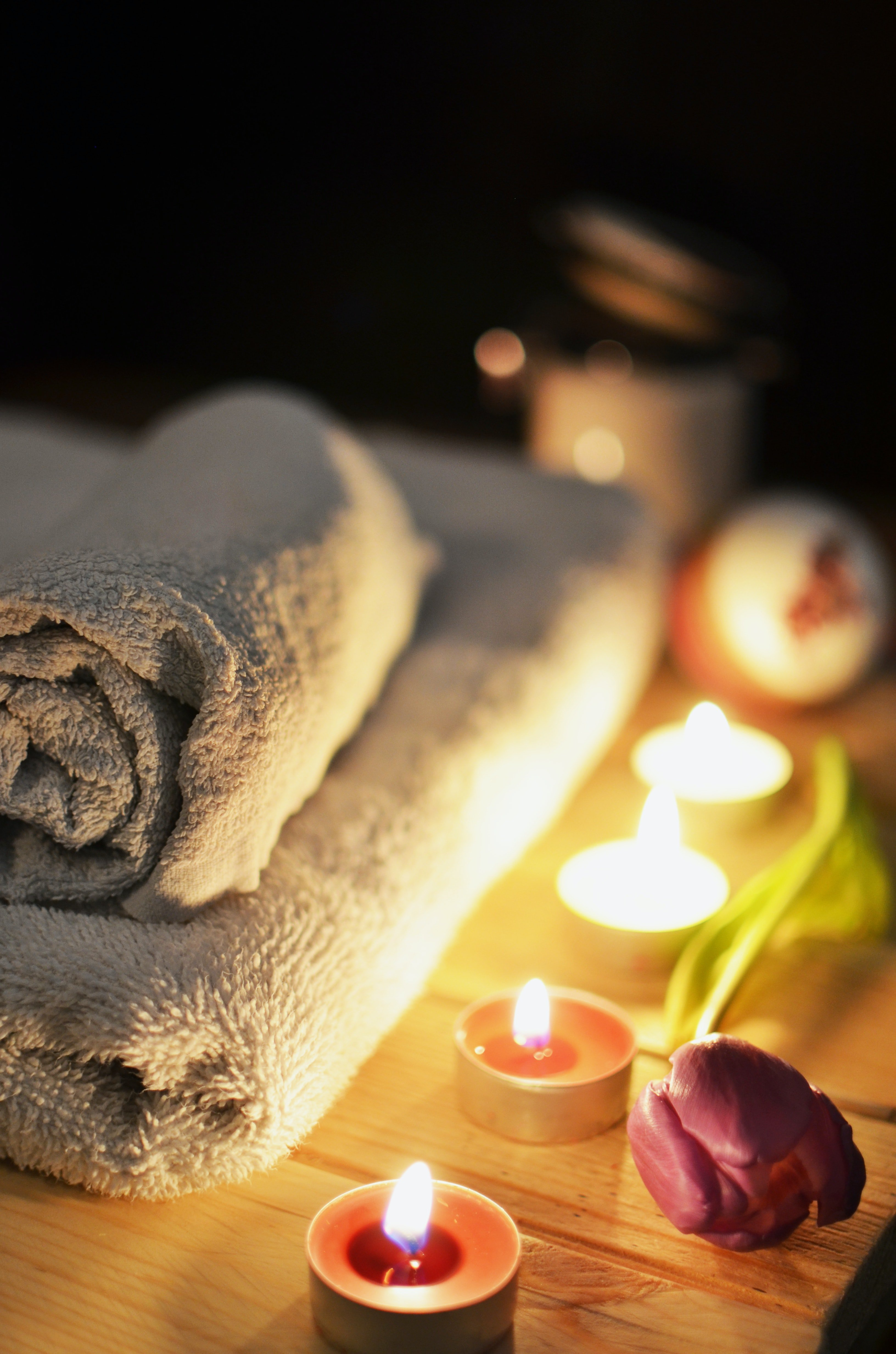 Towels and candles in a sauna | Photo: Pexels