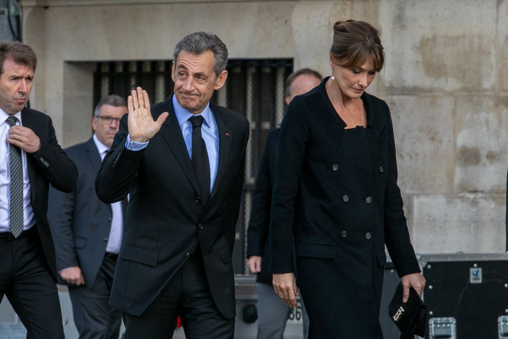 Nicolas Sarkozy et Carla Bruni Sarkozy assistent aux funérailles de l'ancien président français Jacques Chirac à l'église Saint-Sulpice le 30 septembre 2019 à Paris, France. | Photo : Getty Images