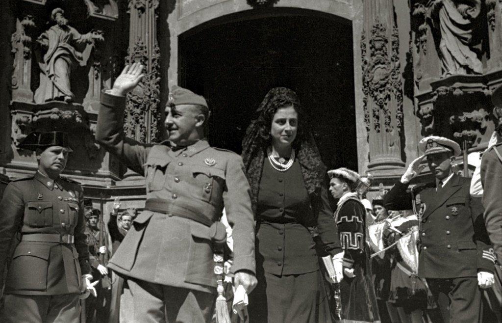 Visita de Francisco Franco y su esposa, Carmen Polo, en un acto | Imagen: Wikipedia