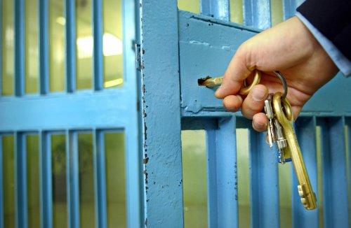Un gardien fermant une porte dans une prison. l Source: Shutterstock