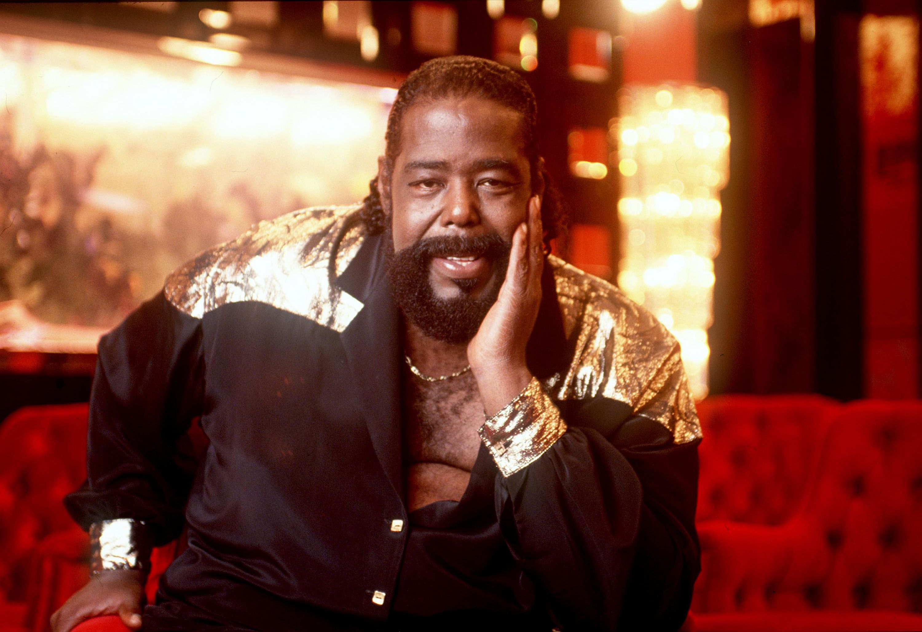 Barry White poses for a portrait at his home in Sherman Oaks, California in 1987 | Photo: Getty Images