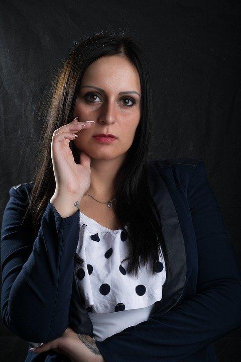 Mujer con expresión seria en el rostro. | Imagen: Max Pixel