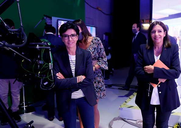 "Rachida Dati et la maire de Paris Anne Hidalgo sourient avant le début de l'émission "" Le Grand Débat "". 