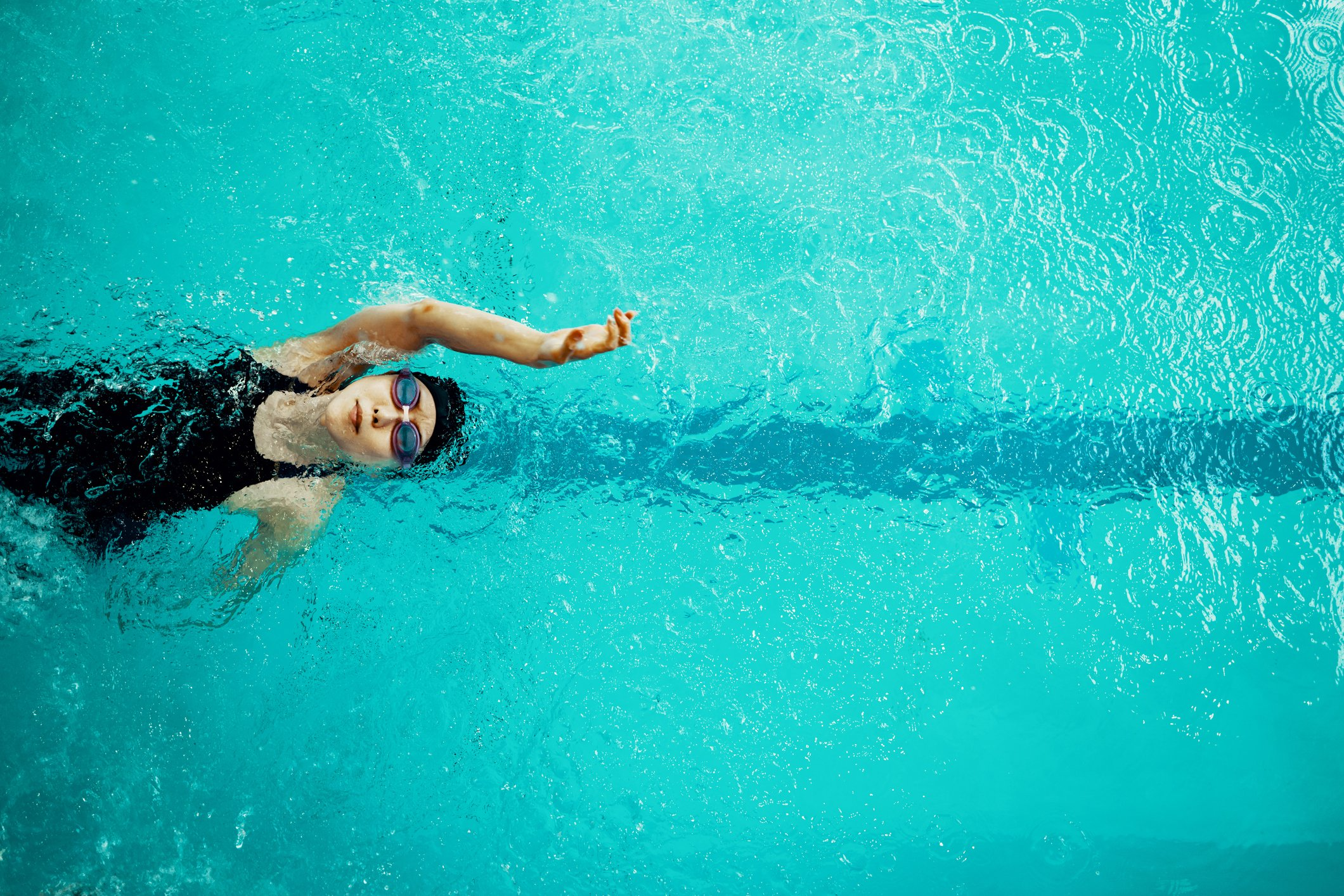 View from directly above a paraplegic woman training in a pool for competitive swimming. | Photo: Getty Images