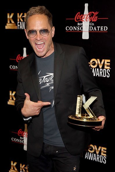 TobyMac poses with his award backstage at the 6th Annual KLOVE Fan Awards on May 27, 2018 | Photo: Getty Images