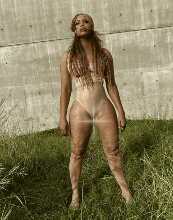 Singer Erykah Badu flaunted her curves in her latest Instagram photo posted on September 19. | Photo: instagram.com/erykahbadu