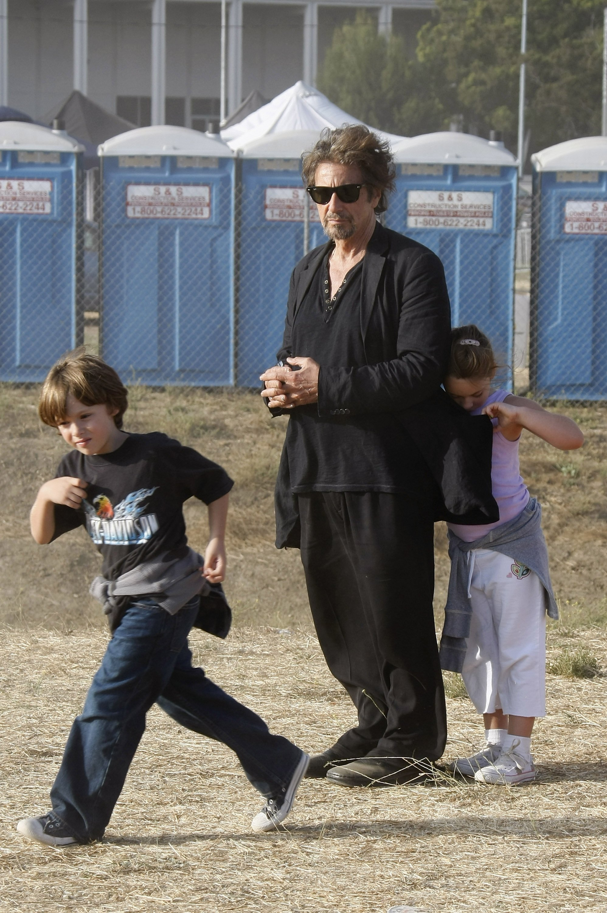 Al Pacino et ses jumeaux, son fils Anton James et sa fille Olivia Rose à Malibu, Californie le 31 août 2008. | Photo : Getty Images