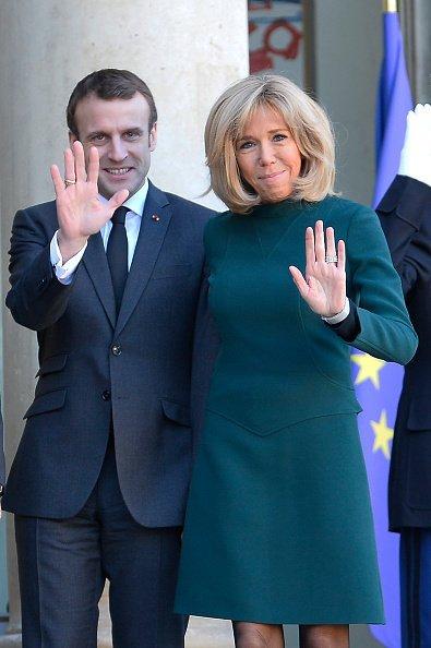 Emmanuel Macron et la première dame Brigitte Macron accueillent le premier ministre du Québec | Photo: GettyImage