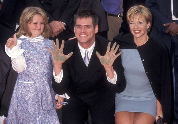 Jim Carrey, actress Lauren Holly and his daughter Jane Carrey attend Jim Carrey's hand and footprints in cement ceremony on November 2, 1995. | Source: Getty Images