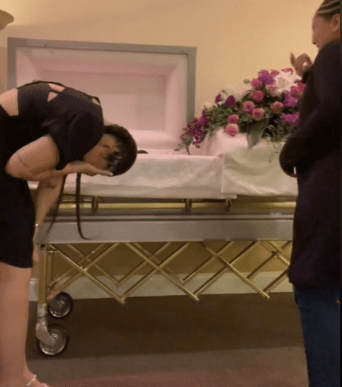 Two sisters laughing in front of their late mother's open casket. | Source: tiktok.com/rickandmourning