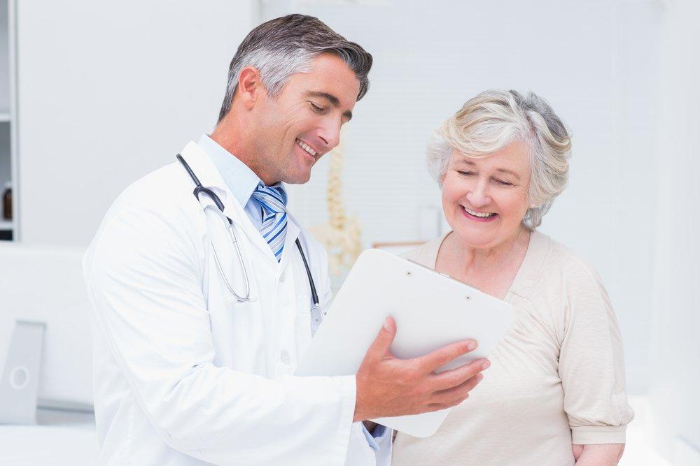 Médecin et patient discutant des rapports dans une clinique | Photo : Shutterstock