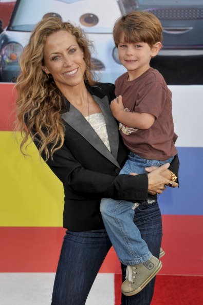 Sheryl Crow and son Wyatt at the El Capitan Theatre on June 18, 2011 in Hollywood, California. | Photo: Getty Images