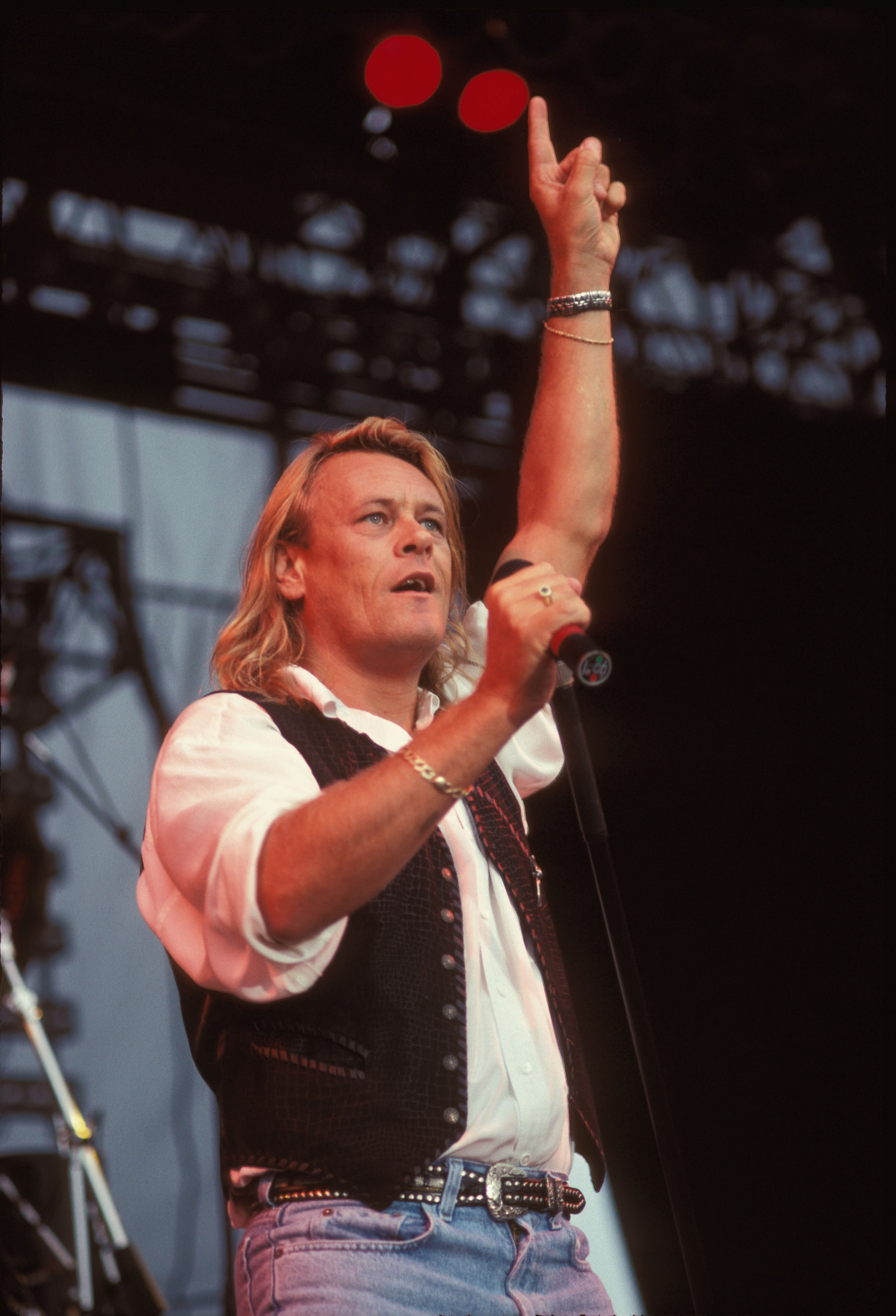 Singer Brian Howe performed on stage during a live concert appearance with Bad Company on July 26, 1990 | Photo: Getty Images