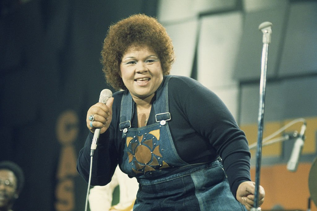 Etta James, U.S. blues and jazz singer, on stage during a live concert performance at the Montreux Jazz Festival, in Montreux, Switzerland, 11 July 1975. | Photo: Getty Images