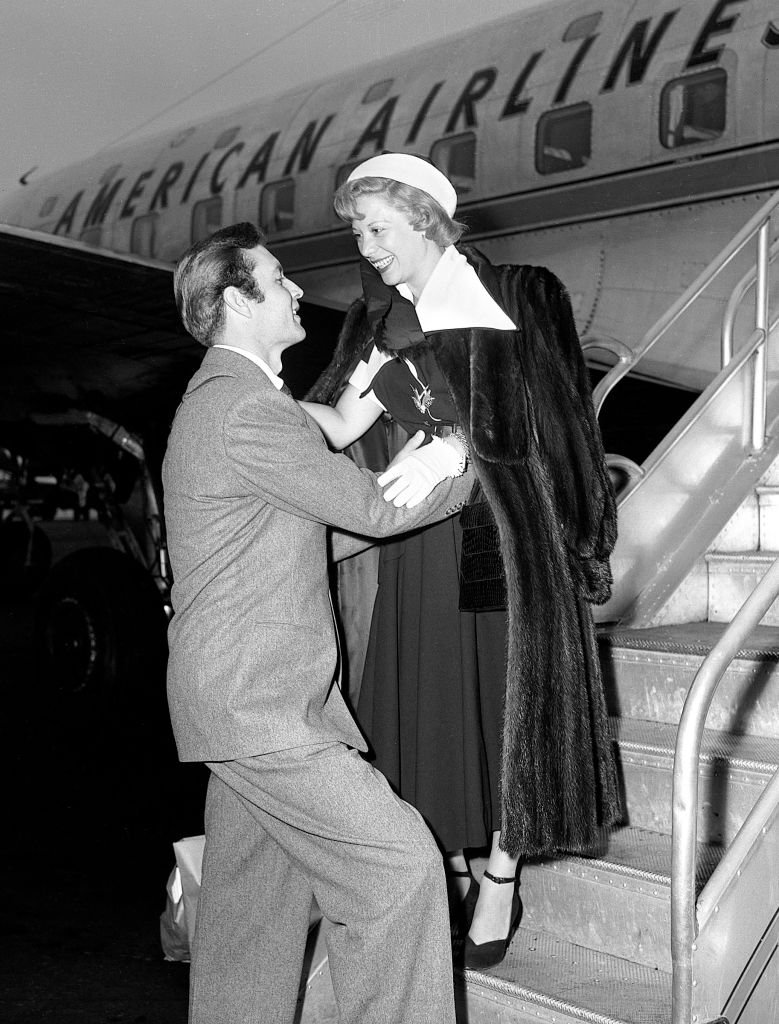 Dinah Shore is greeted by George Montgomery, as she arrives at LaGuardia Airport in New York, New York, on May 20, 1949.   Photo: Getty Images
