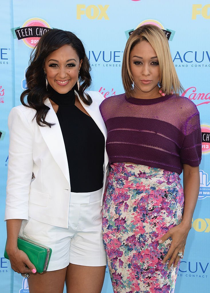 Tamera Mowry (L) and Tia Mowry attend the Teen Choice Awards 2013 at Gibson Amphitheatre | Getty Images